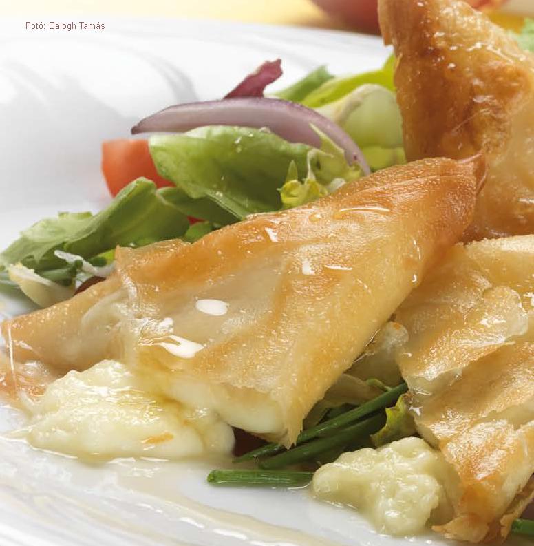 Kecskesajt réteslapban sütve, mézes balzsamecetes leveles salátákkal (sós)