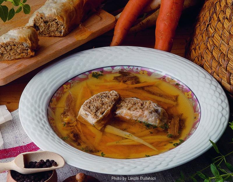 Perlhuhnsuppe mit Fleischstrudel  -  (Gyöngytyúkleves húsos rétessel)