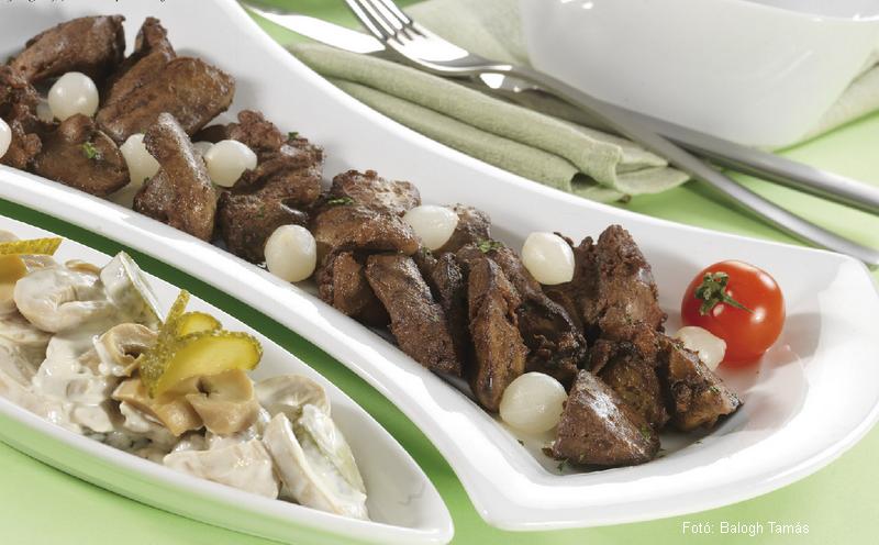 Gyöngyhagymás csirkemáj uborkás gombasalátával és kukoricás rizzsel  -  Tóth Margó receptje