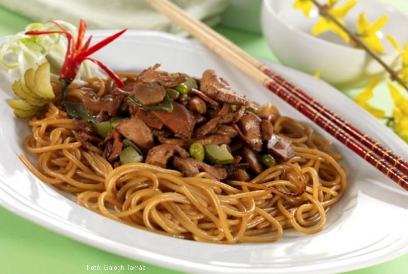 Uborkás zöldséges csirkeragu spagettivel, ázsiai stílusban  -  Máy Balázs receptje