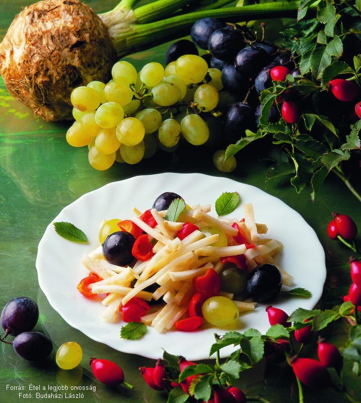 Csipkebogyó-saláta zellerrel és szőlővel