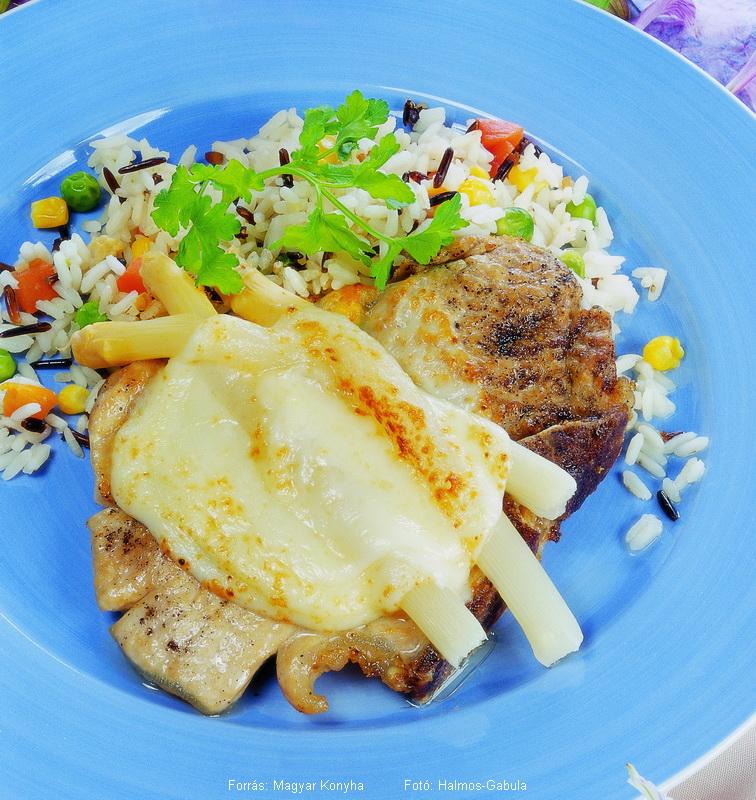 Sertésborda spárgával és sajttal sütve, zöldséges rizzsel