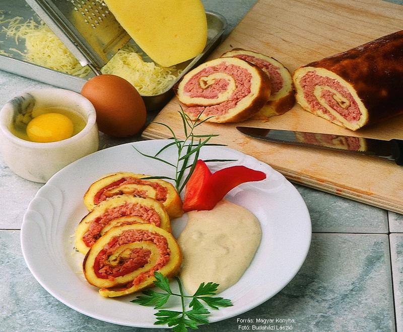 Füstölt hússal töltött sajtos piskóta
