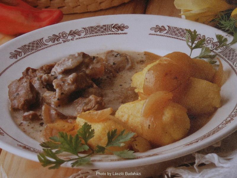 Ragoût d'agneau à la marjolaine avec polenta aux oignons - (Majorannás báránytokány hagymás puliszkával)