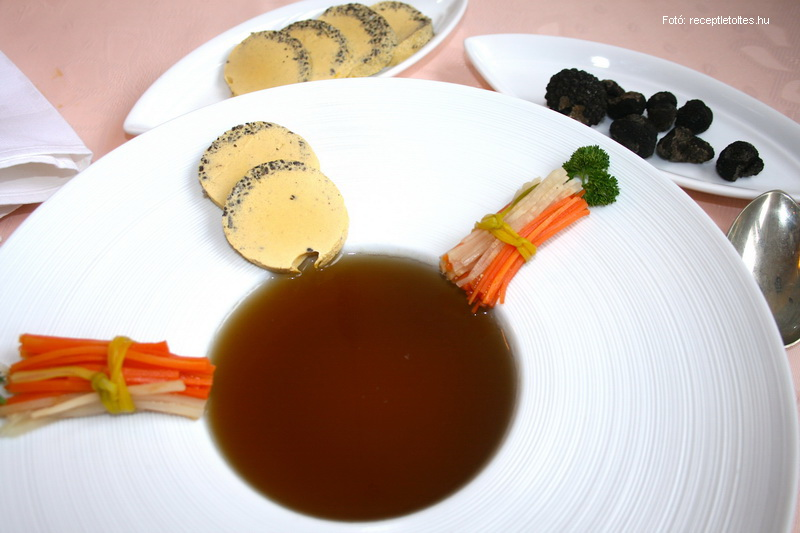 Erőleves szarvasgombás tojáskocsonyával és zöldségrőzsével