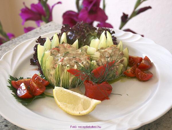 Majonézes, lazacos rókagomba-saláta cukkinikoronában kínálva  -  készítette Csigó János mesterszakács