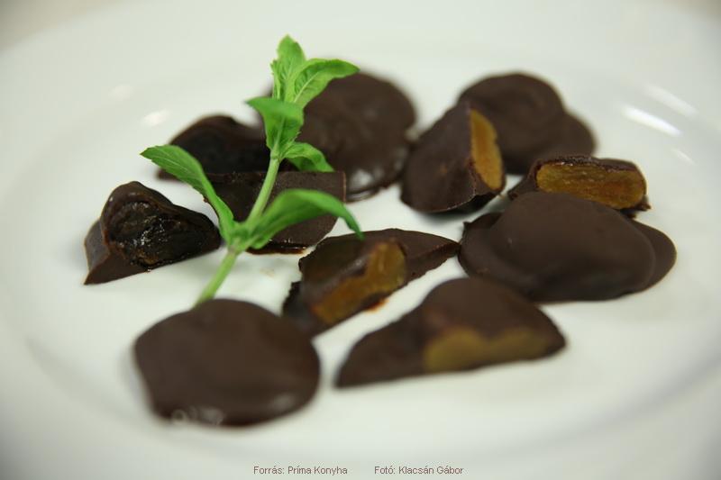 Pálinkás aszalt gyümölcsök csokiba dermesztve