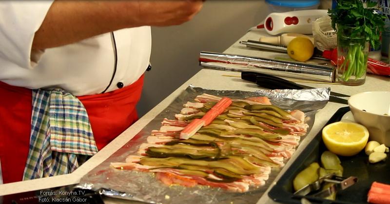 Rákkal töltött harcsatekercs nyárson, olívás koktélparadicsom salátával