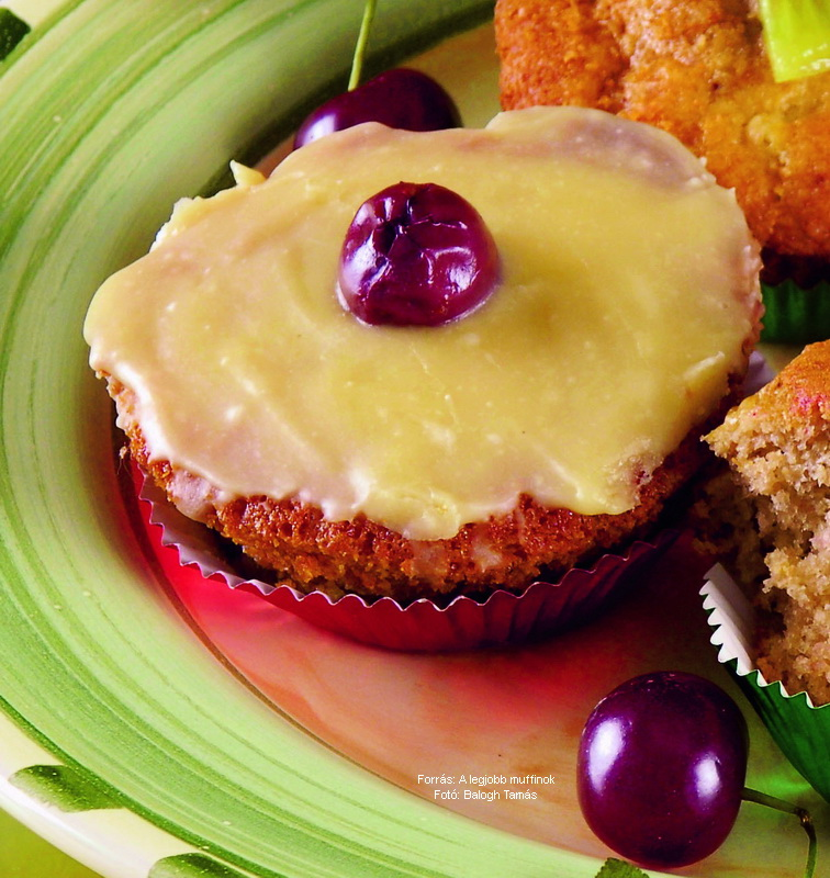 Diós, meggyes, fehércsoki mázas muffin