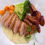 Sült kacsamell mustármártással, vörösboros szilvával, vajas zöldségekkel – készült az OnLive© főzőiskola 35. adásában