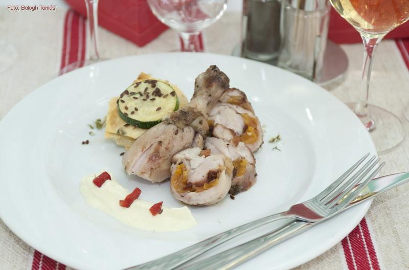 Aszalt sárgabarackkal és szárított paradicsommal tölött csirkecomb, magvas, cukkinis tojáslepény toronnyal, és paprikahabbal - készítette a Baromfi Grill Team