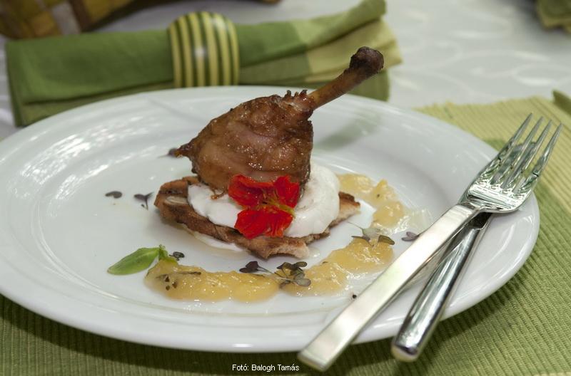 Mogyorófán füstölt csirkecomb, tárkonyos ananásszal, mogyorós kenyérrel, fűszeres joghurttal