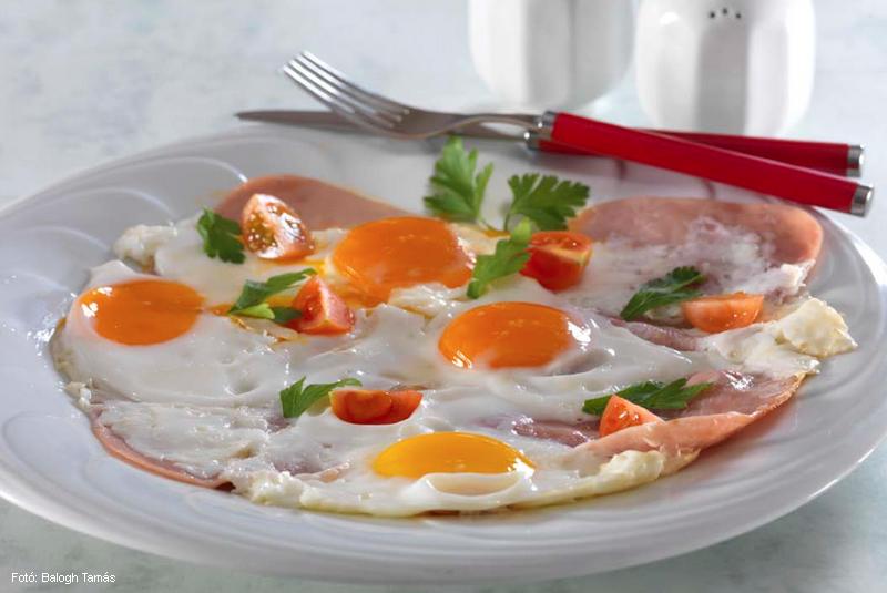 Tálon sült tojás sonkával (ham end eggs)