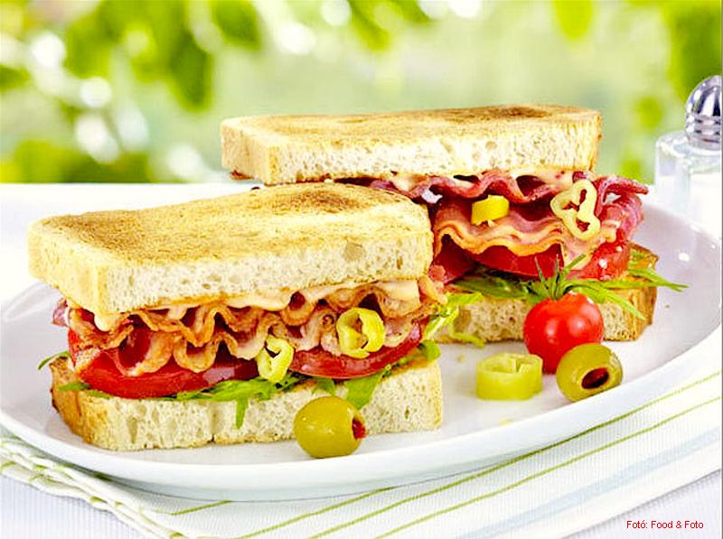 Sült szalonnás szendvics paradicsommal