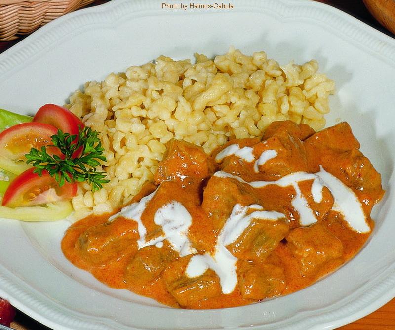 Spezzatino di vitello in salsa di paprika - (borjúpörkölt – paprikás)