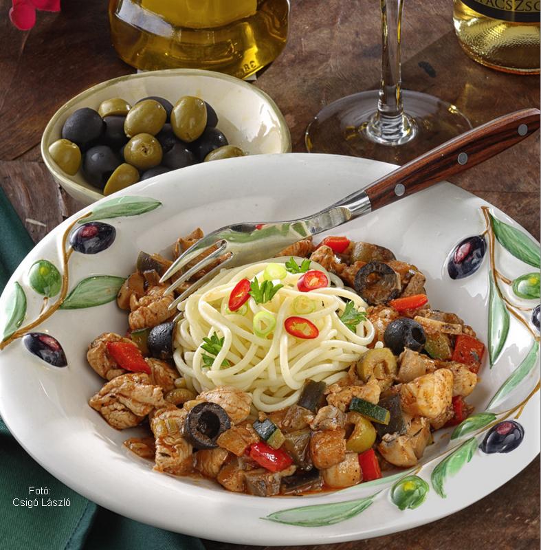 Spagetti mediterrán zöldséges csirkével
