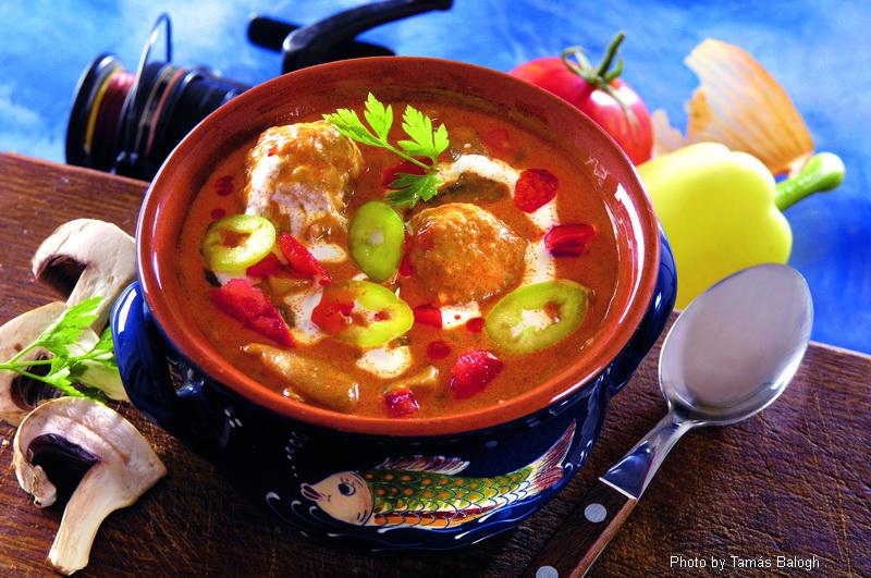 Sopa de albóndigas de pescado a la Bakony - (Bakonyi halgombócleves)