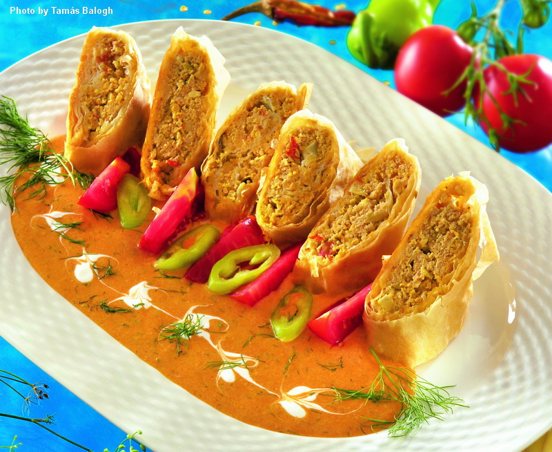 Hojaldre de pescado con salsa al pimentón y eneldo - (Halas rétes kapros-paprikás mártással)