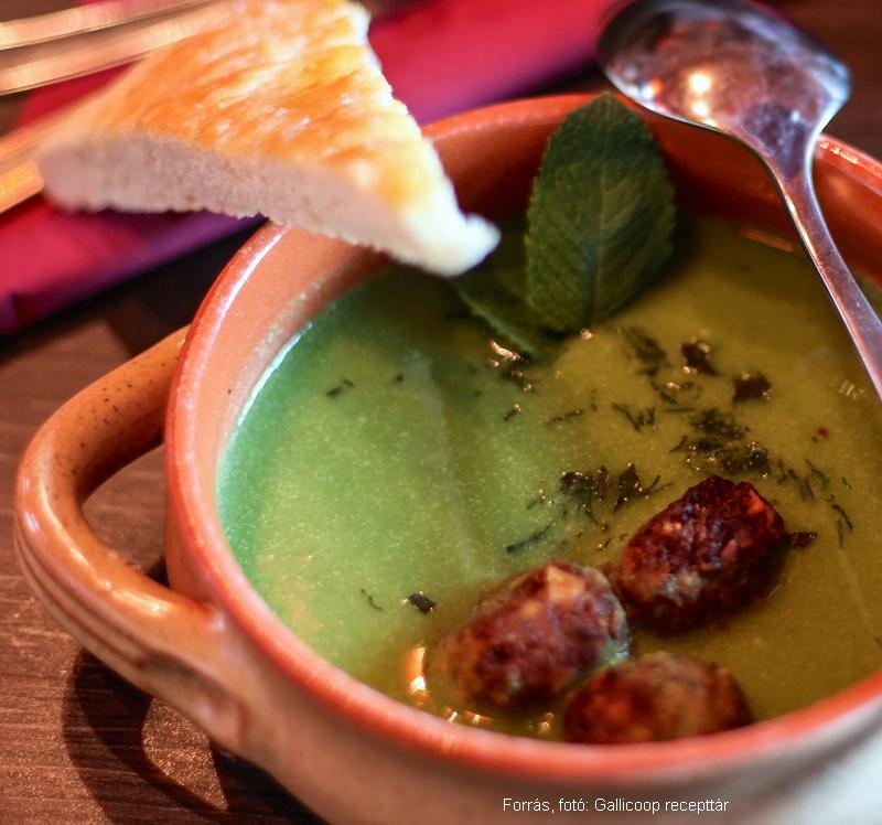 Mentás zöldborsókrémleves, sült mandulás pulykagolyókkal – készítette Kiripolszki István mesterszakács