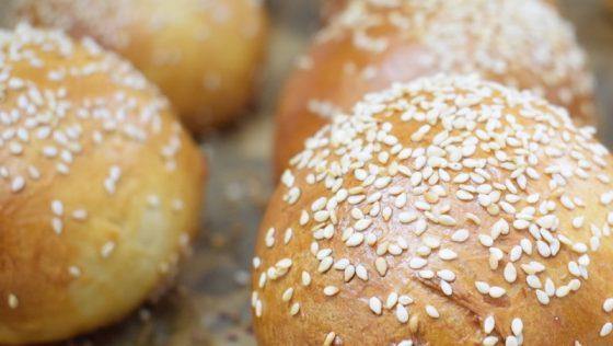 Szezámmagos hamburgerbuci, azaz puffancs – készítette Kobela Lehel  az OnLive© főzőiskolában