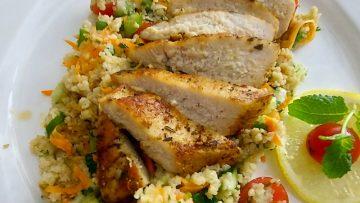 Tabbouleh (ejtsd tabulé, azaz kuszkuszsaláta) sült csirkemellel