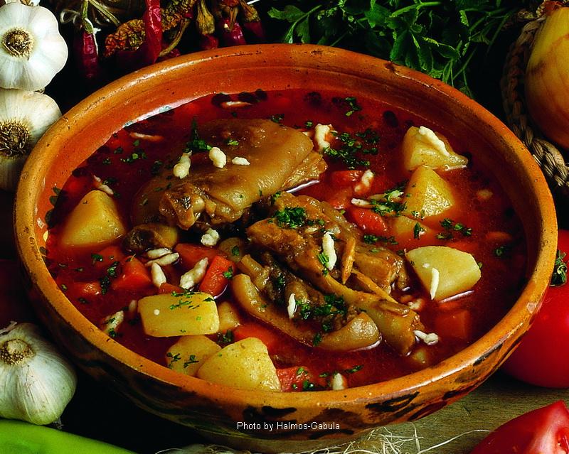 Goulache aux haricots avec des pieds de porc - (Körmös babgulyás)